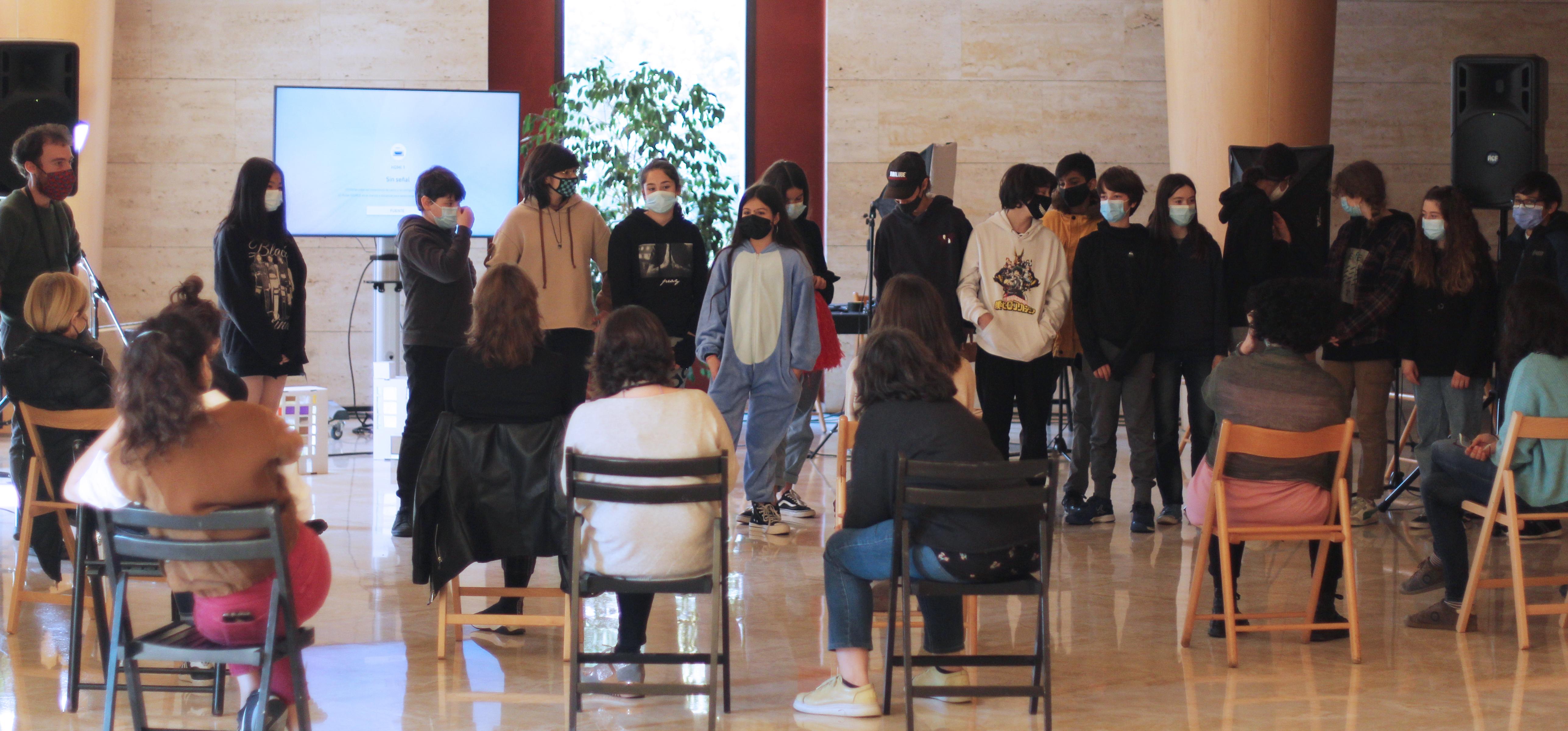 Marc Villanueva Mir i els alumnes de l'Institut Maria Espinalt